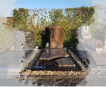grafsteen met plantvakken en gravure kat