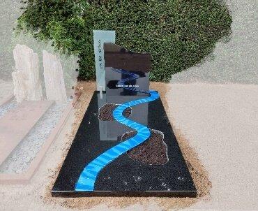 grafsteen met rivier van glas