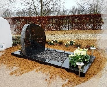 grafsteen met ruwe bewekingen