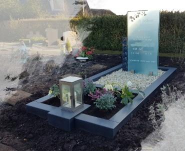 grafsteen met rvs lantaarn en glasplaat
