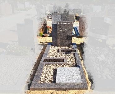 grafsteen met speelse plantvakken