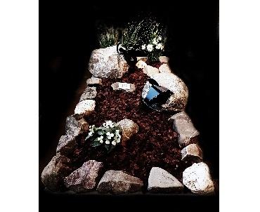 grafsteen met stenen schapen