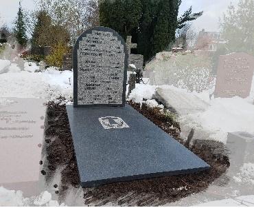 grafsteen met verheven tekst rondom geprikt