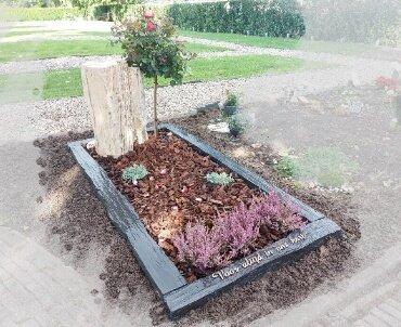 grafsteen met versteend hout en leisteen