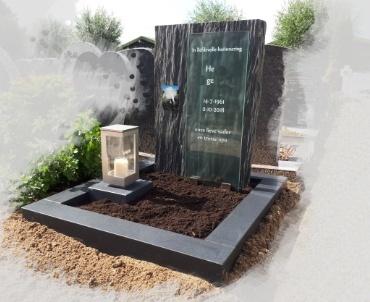 grafsteen roelofarendsveen. rvs lantaarn leisteen en zwart graniet gezoet