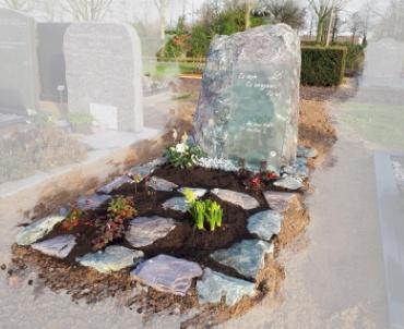 grafsteen ruw met grasplaat te Houten
