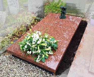 Grafsteen Vanga granieten zerk met bronzen beeld