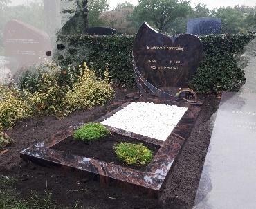 Grafteen met hartmodel en brons Alphen a/d Rijn