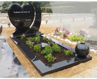 Grafteen Zwartgraniet hartmodel met bolvaas