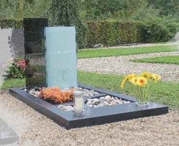 Gedenksteen met glasplaten en RVS accessoires Odijk