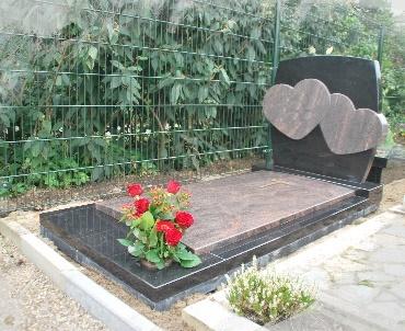 Grafsteen met twee verheven harten en inbouwvaas