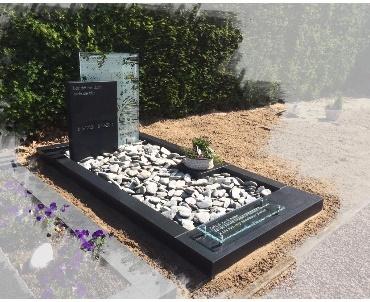 Grafstenen Zwart graniet gezoet met glas de Meern