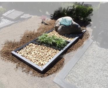 Grafsteen zwerfkei met granieten omranding