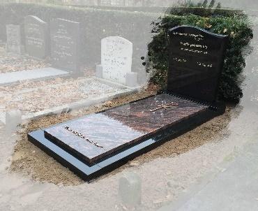 Grafsteen met bronzen kruis te Woerden