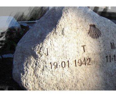 Grafsteen met handgehakte letters te Zeist