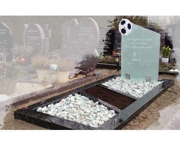 Voetbal van glas met granieten omranding te Nieuwveen