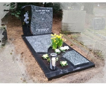 Grafsteen met Orchidee lasergravure op monument met lantaarn van brons