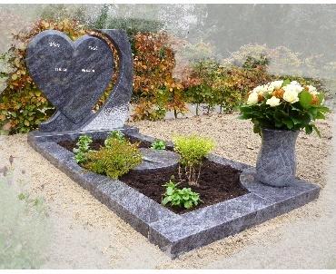 Grafsteen met granieten bloemenvaas te Alphen aan den Rijn