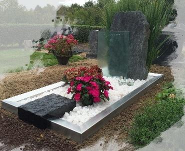 grafsteen ruw met RvS en glas te Houten Oud Wulven