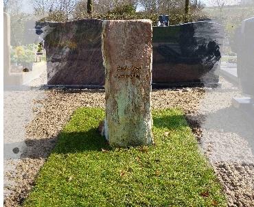 Grafsteen zuil met brons