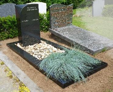 Grafstenen met Groot facet op de zuil