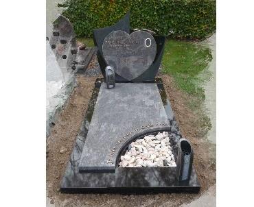 Grafsteen met twee kleuren graniet en bronzen accessoires