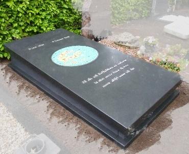 Grafsteen met mozaiek en brons te Amersfoort