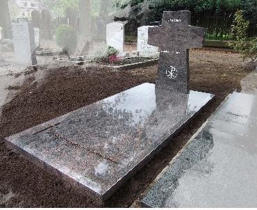 Grafzerk met granieten kruis