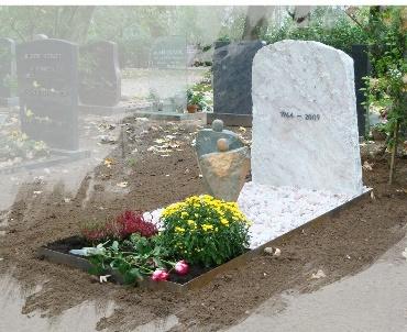 Grafsteen Witte ruwe steen met cortenstalen omranding