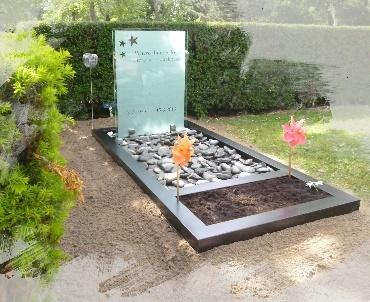 Grafsteen met glas, gind en Plantvak