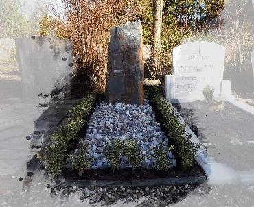 ruwe grafsteen met speciaal grind te Vleuten