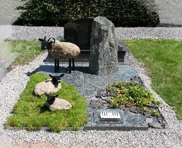 Grafmonument met schapen van steen en RvS
