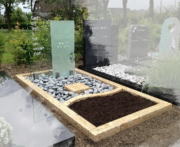 Grafsteen Twee glasplaten met verschillende bewerkingen Montfoort