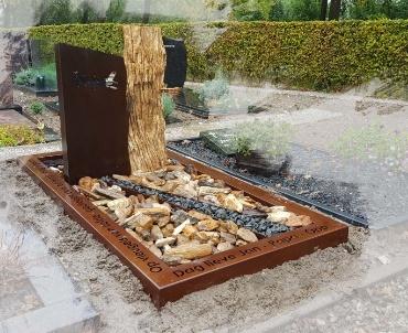 Versteend hout met corten-staal grafsteen