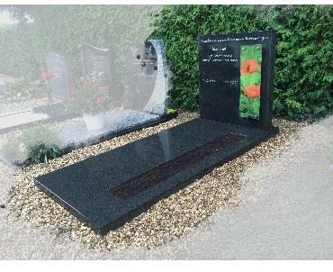 Grafsteen met kleuren foto achter glas Benschop