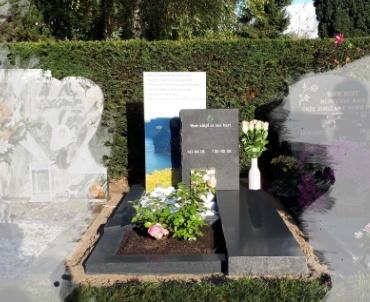 zwart gezoete grafsteen met ruwe kanten