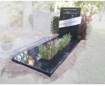 zwart graniet met rvs object en tekst.