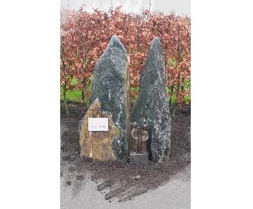 Grafstenen Ruwe rotsen met bronzen beeld