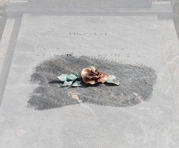 Grafsteen met Bronzen roos