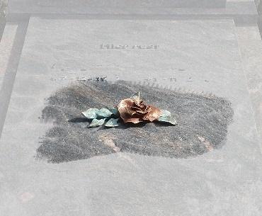 Grafstenen met Bronzen roos