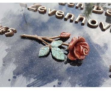 grafsteen met Bronzen roos en tekst