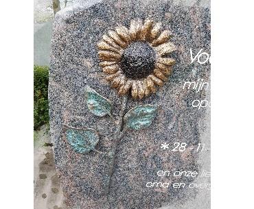 Grafsteen met Zonnebloem van brons