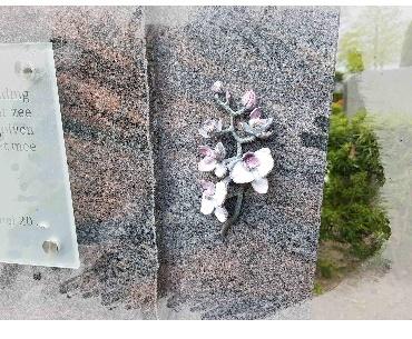 Grafsteen met Orchidee van brons in kleur