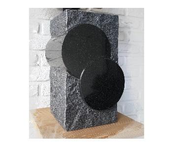 Ruw gekapte urn van graniet