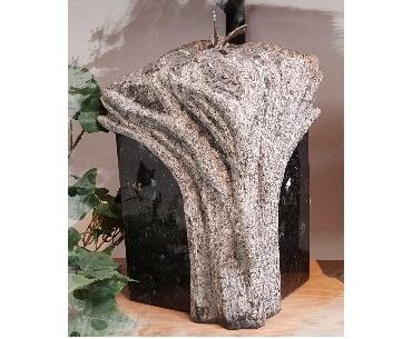Urn met handgekapte levensboom van graniet