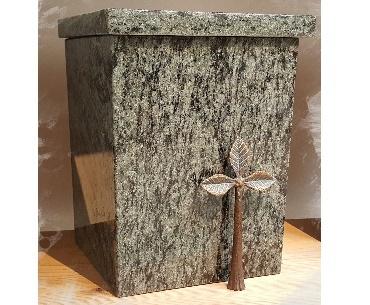 urn van graniet met bronzen boompje