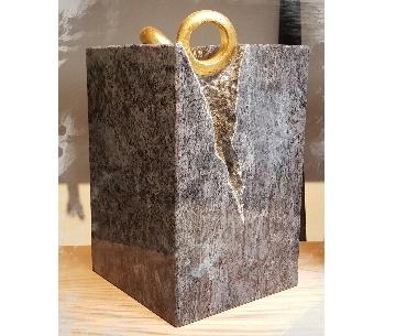 Granieten urn met bladgoud ringen