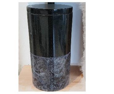 Twee kleurige granieten urn