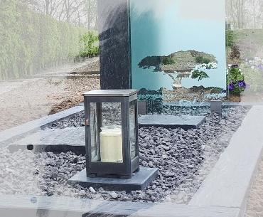 Glasplaat met zandstraal afbeelding en lantaarn