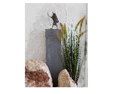 Beeld van brons op hardstenen sokkel